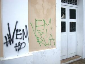 Vidros quebrados na sede da Prefeitura (Foto: Teresa Dias/G1)