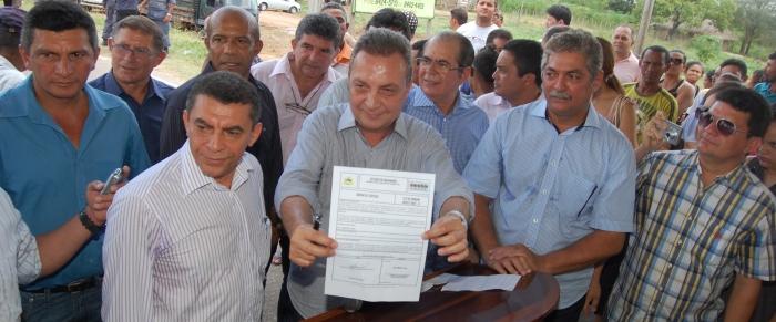 Secretário exibe Ordem de Serviço para recuperação de estrada em Pirapemas