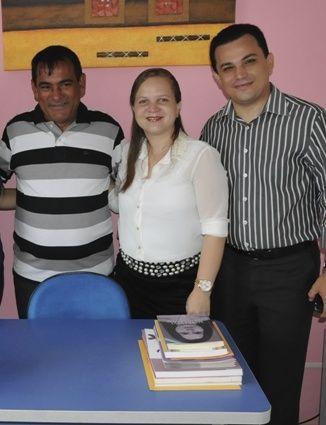 Carla Sousa no dia da posse, entre o prefeito Josemar Sobreiro e o marido, vereador Wellington Sousa