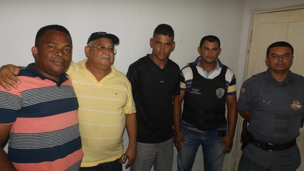 Pastor (de camisa preta) foi preso em ação conjunta da PM e Polícia Civil