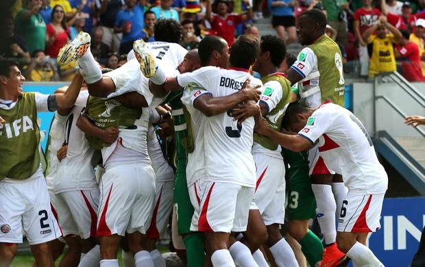 Jogadores costarriquenhos em êxtase comemoram o gol de Ruiz (Foto: Aldo Carneiro / Pernambuco Press)