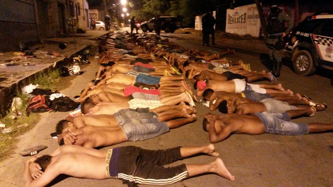 Pelo menos 100 pessoas foram conduzidas pela Polícia Militar, após flagra em festa de traficante
