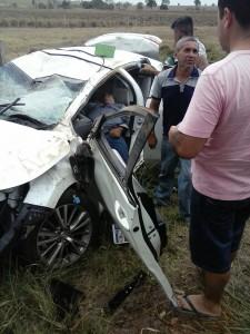 Veículo ficou totalmente destruído após o capotamento