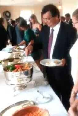 FARINHA D'ÁGUA? Dino oferece banquete de frutos do mar a ministro no Palácio | Gilberto Léda